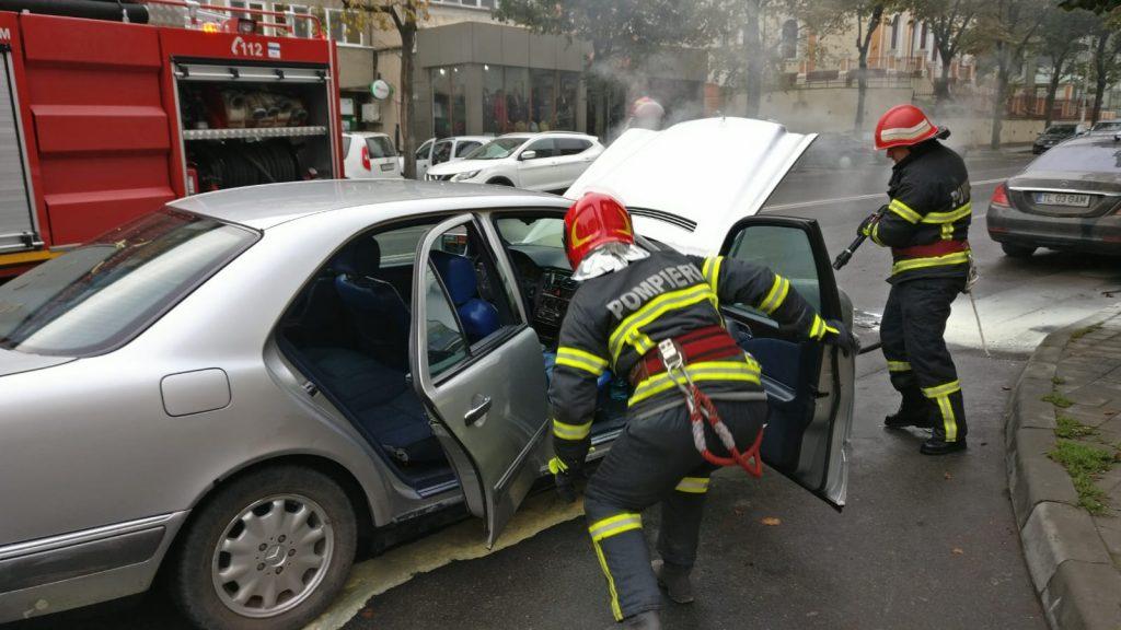 Pompierii au salvat un autoturism care luase foc pe Babadag