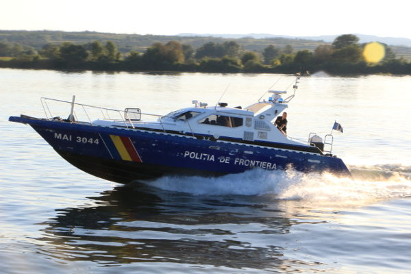 Polițiștii de frontieră au intervenit în sprijinul unui bărbat cu probleme medicale aflat la pescuit pe Dunăre