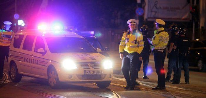 Circ în centrul oraşului, cu mascaţi, ambulanţă şi o femeie baricadată în maşină