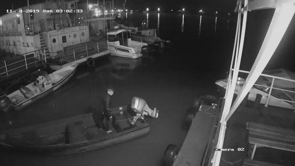 Furt de motor de barcă surprins live de camerele video