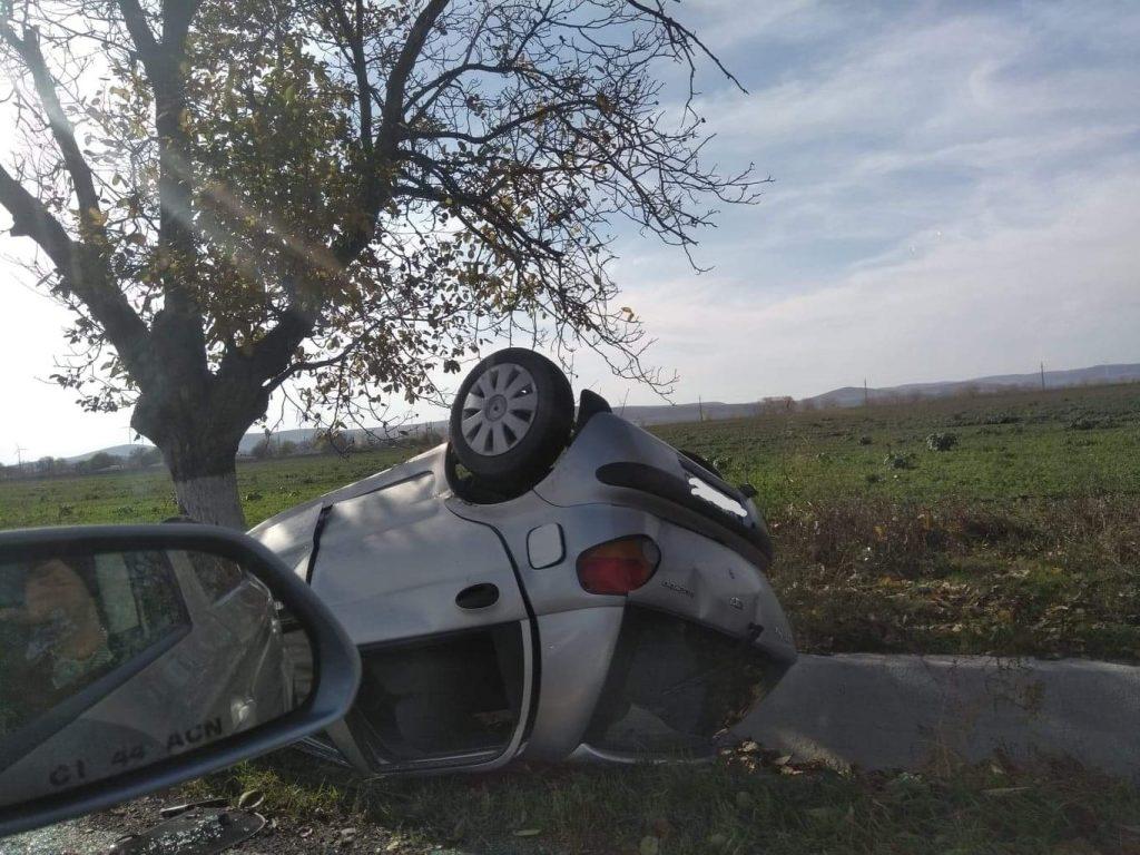 A scăpat nevătămat după ce s-a dat peste cap cu maşina