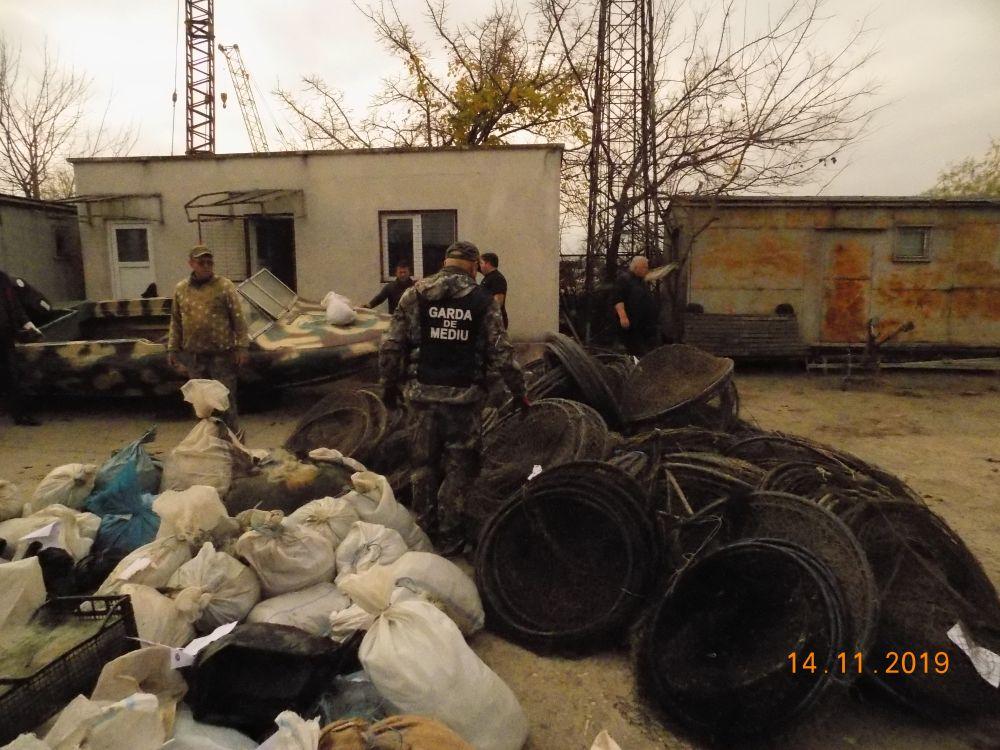 Lovitură dată braconierilor. Peste o mie de scule interzise au fost distruse de comisarii Gărzii Naţionale de Mediu RBDD
