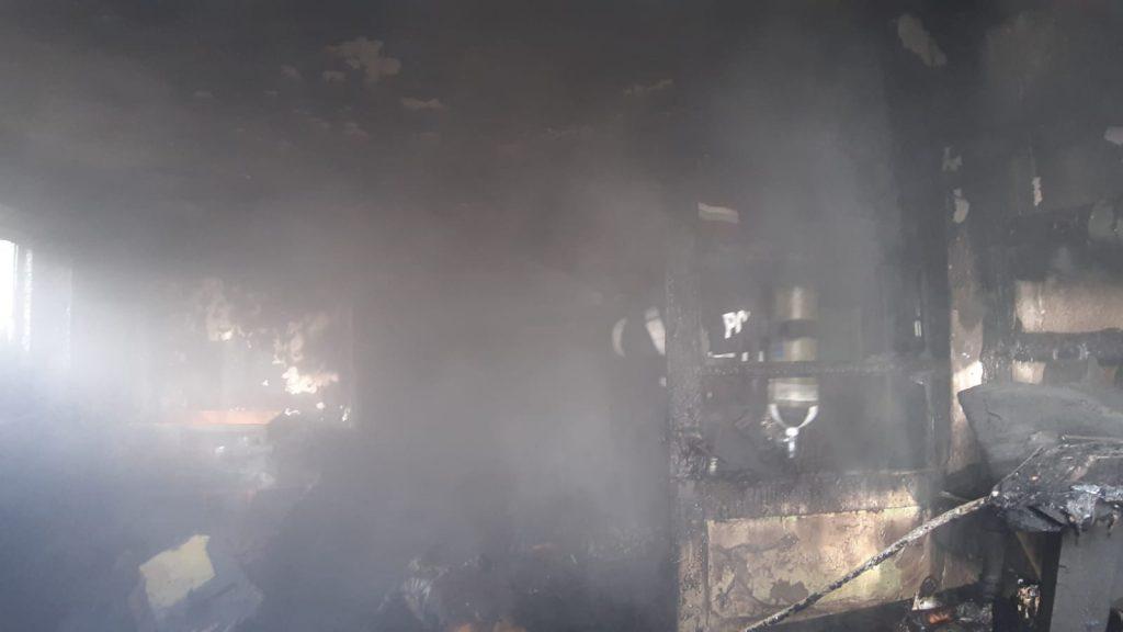 Un bătrân a murit carbonizat în casa cuprinsă de flăcări