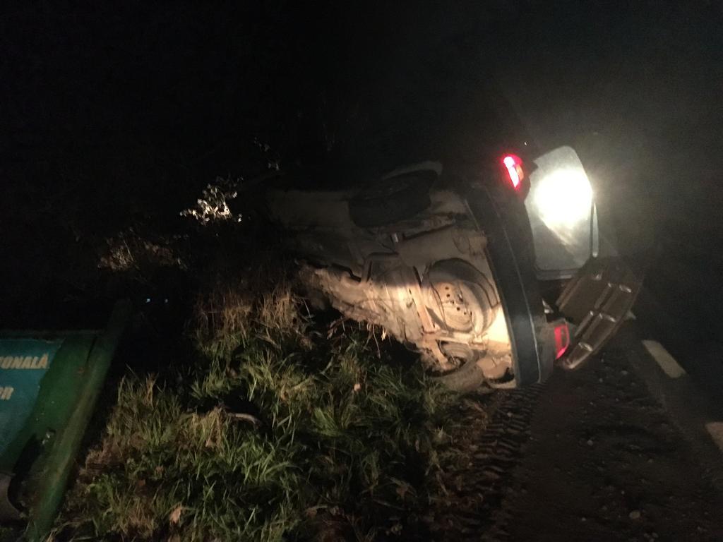 S-a răsturnat cu maşina în dealul Somovei. Mai mulţi şoferi nepăsători nu au oprit să acorde primul ajutor.