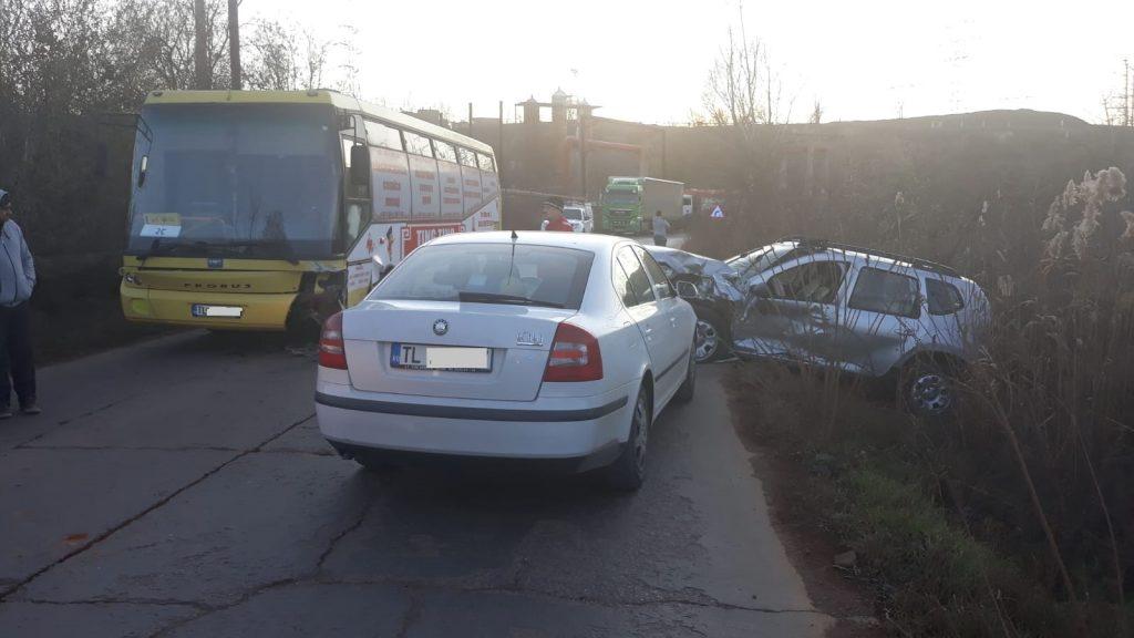 Accident între două autoturisme şi un autobuz al STP. Trei persoane rănite au ajuns la spital