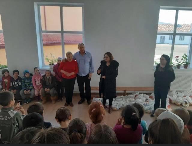 Moş Nicolae a ajuns la 150 de copii din Izvoarele