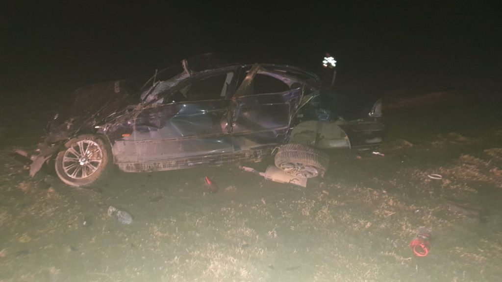 S-au dat peste cap cu maşina şi au ieşit în câmp. Un om a murit şi altul este în comă