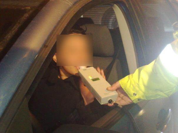 Fată de 15 ani prinsă beată la volan, cu alcoolemie de 0,51 la mie, fără permis şi cu maşina furată