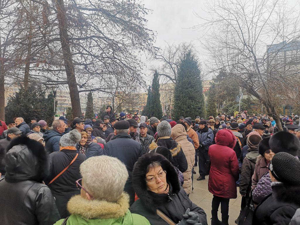 Sute de tulceni au protestat azi în fata Primăriei. Primarul