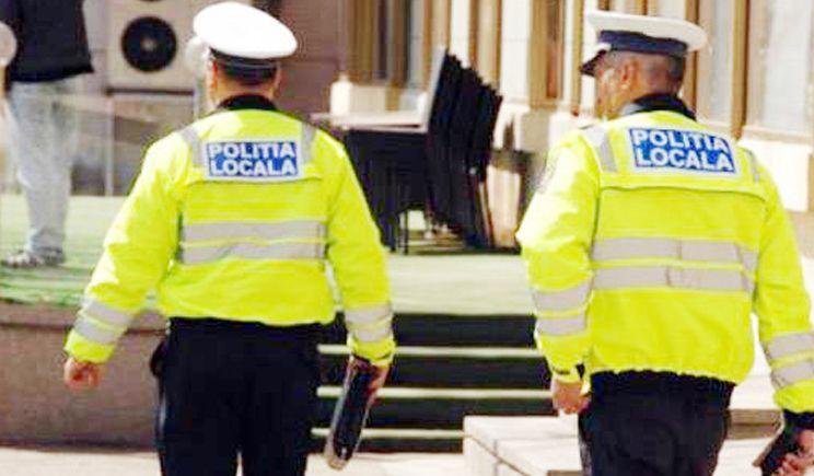 VIDEO - Un poliţist local ameninţă copiii care se joacă în Piaţa Civică! E noaptea minţii!