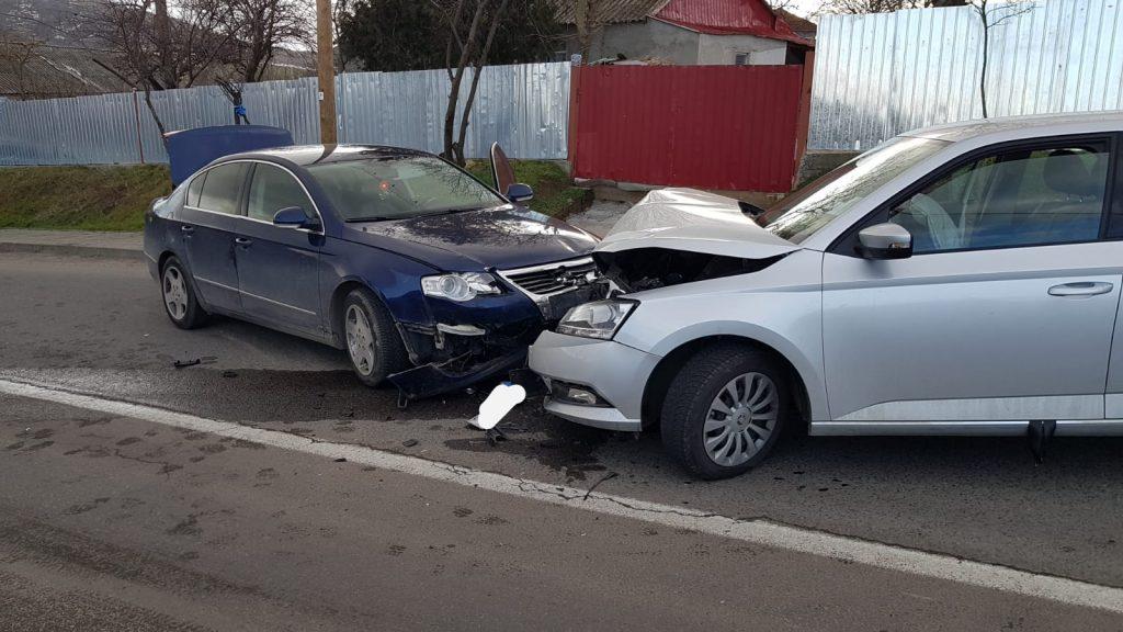 Impact frontal între două maşini. Un pasager a ajuns la spital