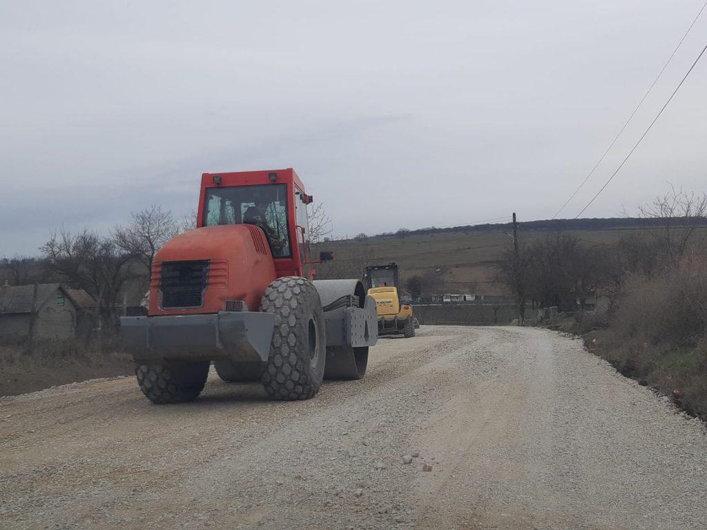 Se continuă asfaltarea drumurilor judeţene. Valoarea proiectelor depăşeşte 120 de milioane de euro