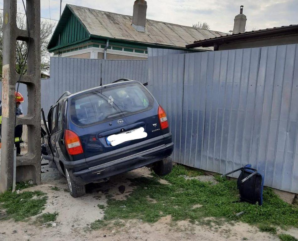 Puţin cam beat (alcoolemie de aproape unu la mie în aer) a intrat cu maşina în stâlp