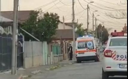 Trei dintre rromii de pe Mihai Viteazu sunt infectaţi. Polițiștii și jandarmii i-au luat cu forţa din curte (VIDEO)