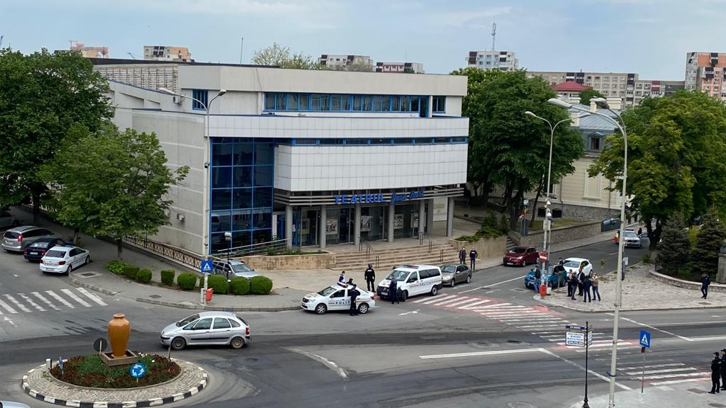 Un nebun a sunat la 112 şi a spus că are 4 ostatici în clădirea teatrului Jean Bart (VIDEO)
