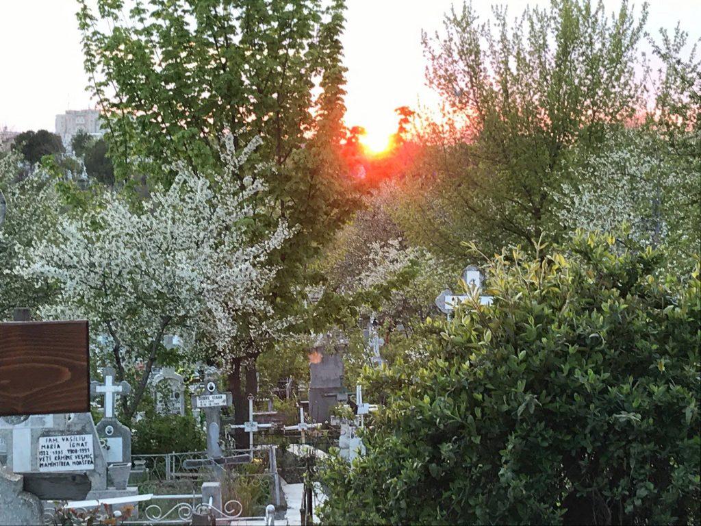 De mâine se redeschid cimitirele