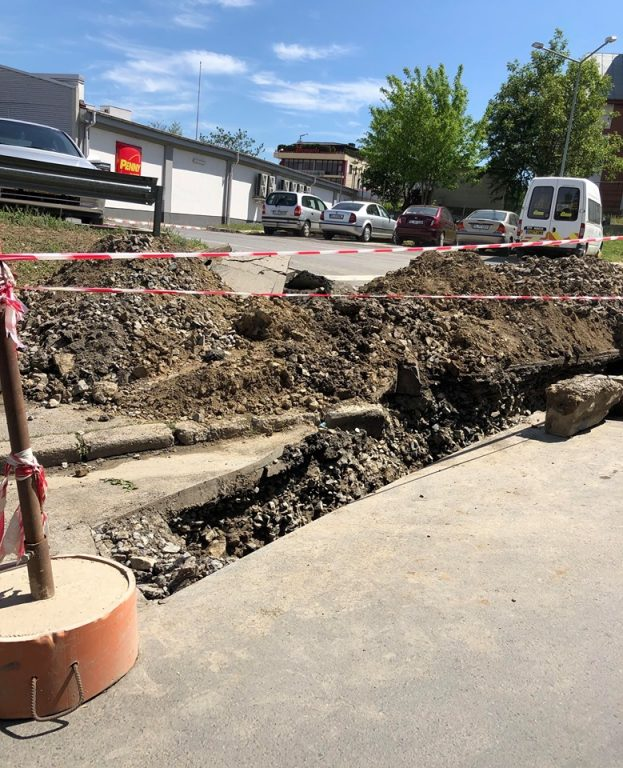 Se sparge o stradă reabilitată complet în urmă cu câteva luni