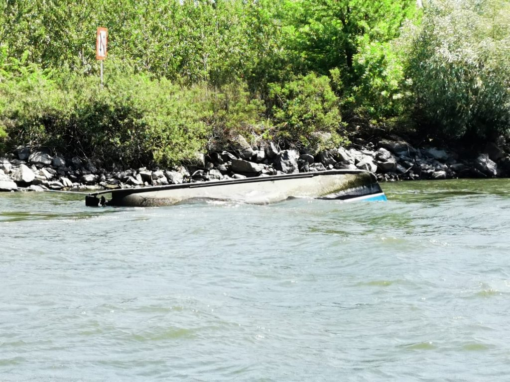 O barcă cu zece persoane la bord s-a răsturnat pe canalul Sulina. O persoană este dispărută