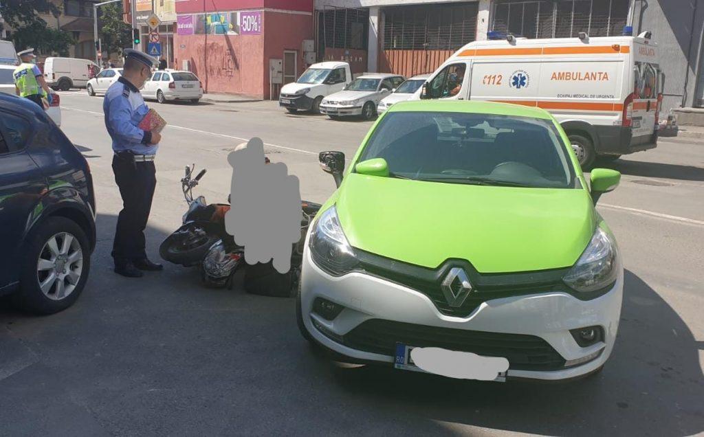 Mopedist lovit de o şoferiţă neatentă. Bărbatul a ajuns la spital