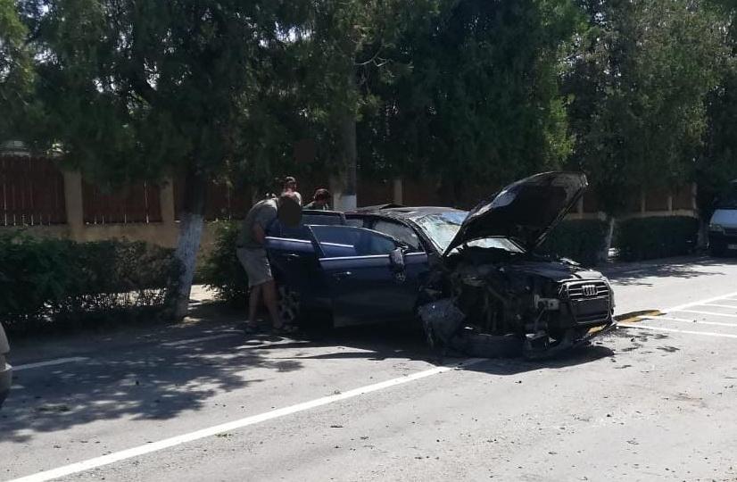 Un băcăuan a intrat cu maşina în copac, la Isaccea