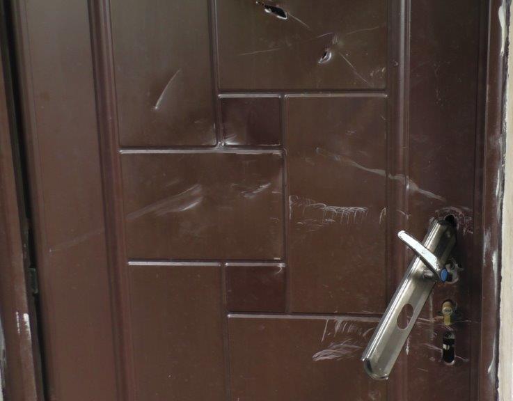 Nervos, a pus mâna pe lopată și a distrus ușa de la intrarea în locuință. L-au calmat jandarmii...