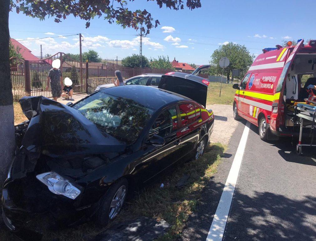 O maşină din Sibiu a intrat într-un copac la ieşirea din Cataloi. Şoferiţa şi doi pasageri au ajuns la spital