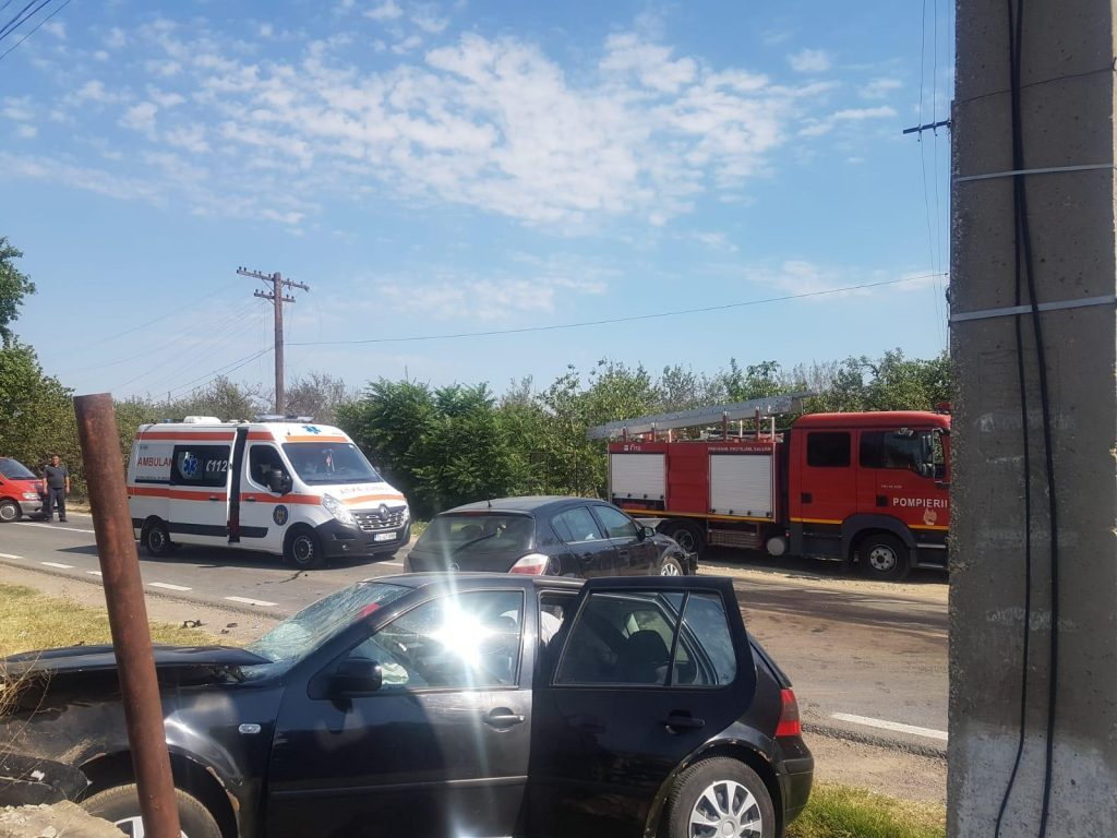 Şase victime în urma unui accident la Cerna. Patru adulţi şi un copil au ajuns la spital