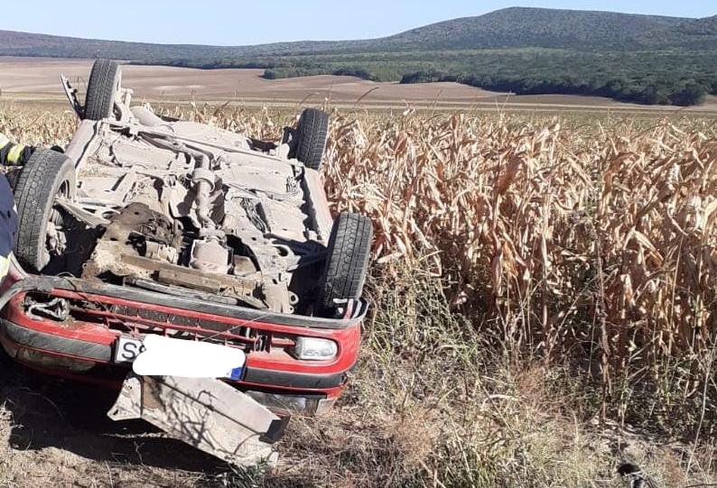 O șoferiță a ieșit cu mașina în câmp și s-a răsturnat