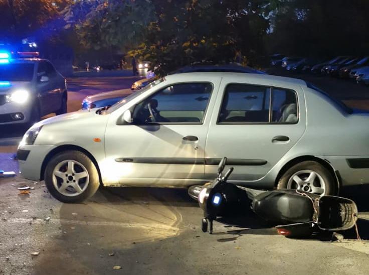 Un scuter a ajuns sub o mașină. Conducătorul a ajuns la spital