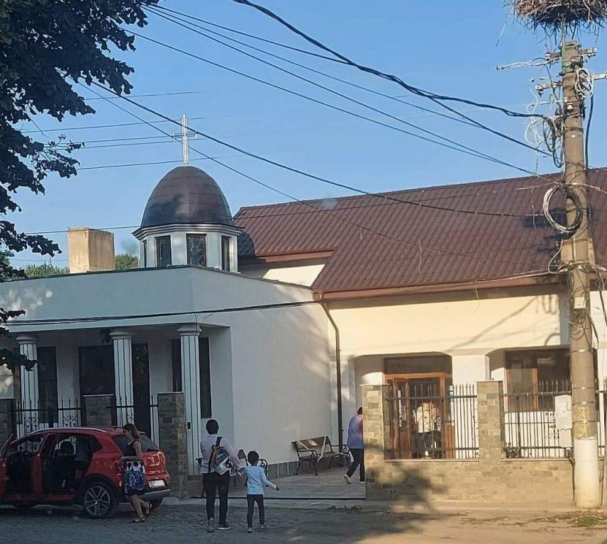 Parastasul învățământului isăccean - Copiii învață în capela mortuară