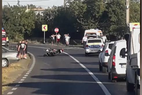 Un motociclist s-a înfipt în spatele unei maşini, orbit de soarele puternic, la Mineri