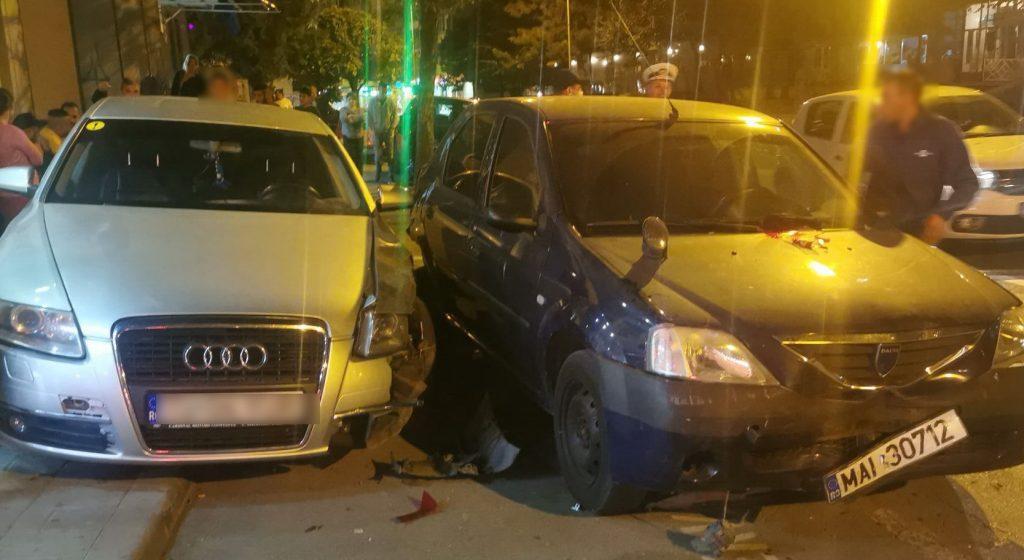 Urmărire + răzbunare = accident. Două maşini de poliţie distruse