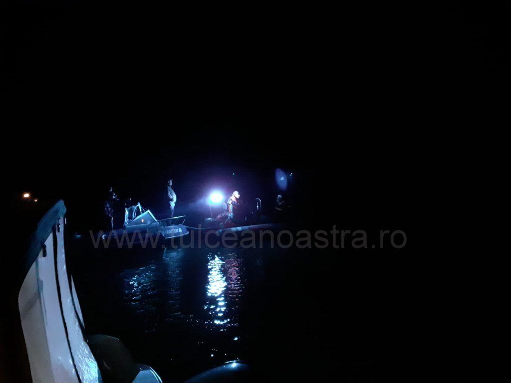 O ambarcaţiune s-a scufundat şi un bărbat a dispărut în adâncuri (VIDEO)