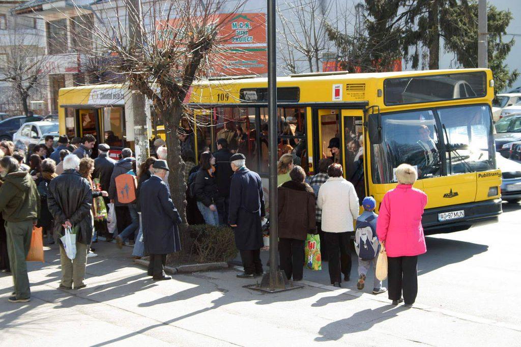 Pensionarii cu pensii mici vor merge gratis cu autobuzul în limita a 40 de călătorii