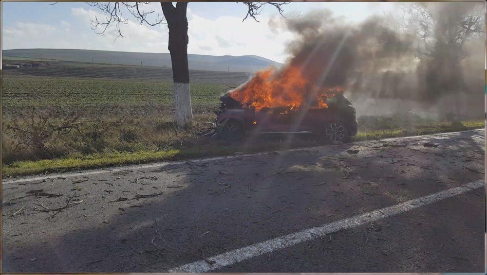 (VIDEO) Maşină în flăcări aproape de Cataloi. Şoferiţa a fost salvată în ultimul moment