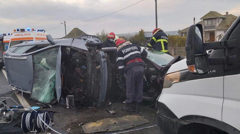 Trei maşini distruse la Baia, trei oameni răniţi, din care doi captivi între fiare