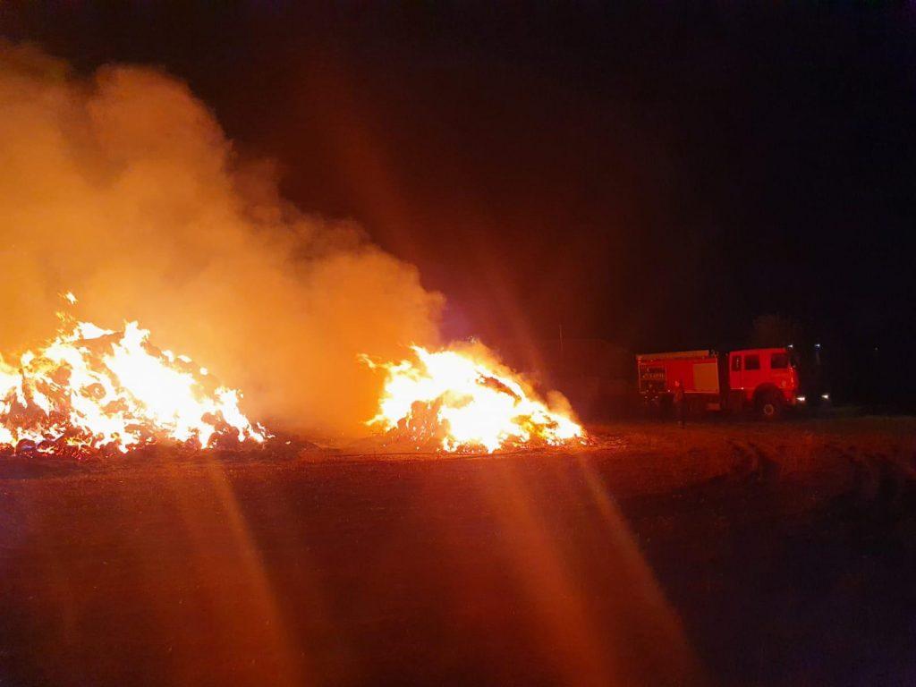 1500 de baloți au fost mistuiți de incendiu