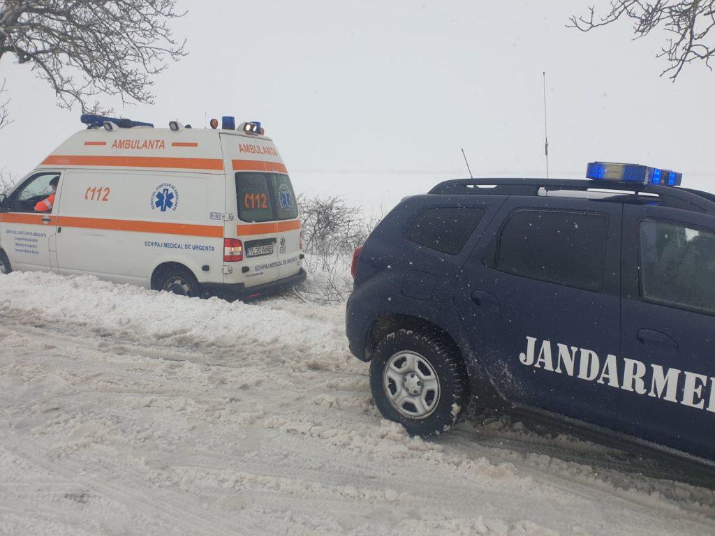 O ambulanță care transporta o gravidă a fost scoasă din nămeți de jandarmi