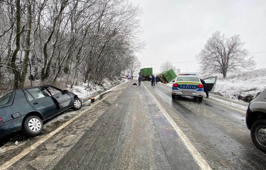 Accident între un camion şi un autoturism aproape de Horia. Doi oameni au ajuns la spital