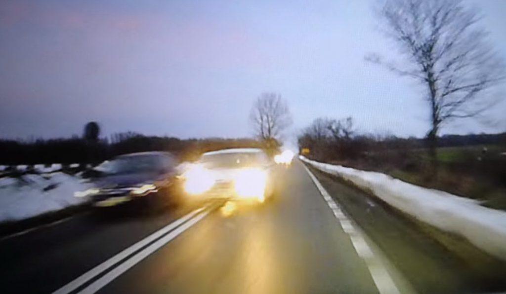 (VIDEO) Depăşire criminală. Un inconştient a fost la un pas de o tragedie rutieră