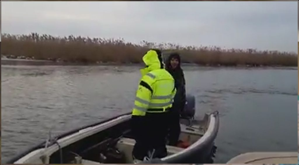 VIDEO - Agenţi ai poliţiei de frontieră amendaţi de inspectorii ARBDD în zonă strict protejată