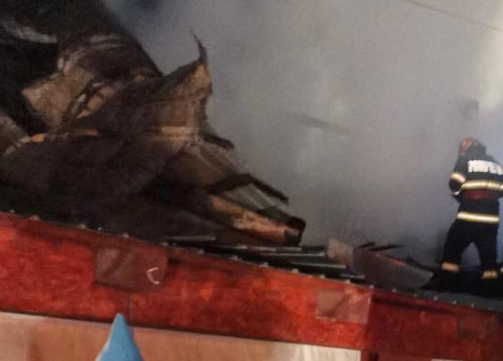 Acoperișul unei case din Măcin a fost distrus de un incendiu violent