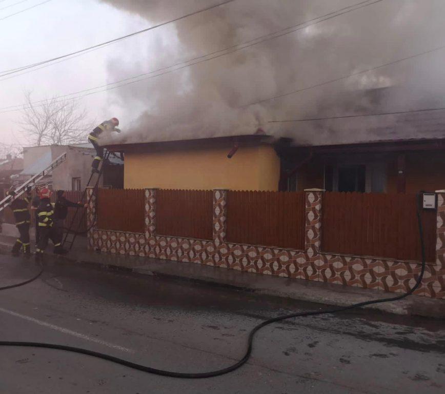 A ars o casă pe Mistreţului. Un bătrân de 82 de ani, imobilizat, a fost salvat la timp