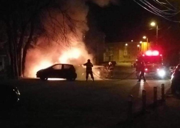(Video) Un piroman a dat foc unei maşini. Focul s-a extins la alte două autoturisme