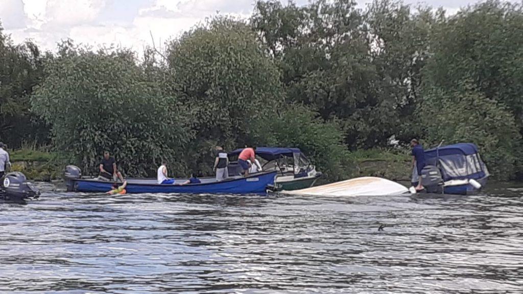O barcă cu turişti s-a răsturnat la Mila 23