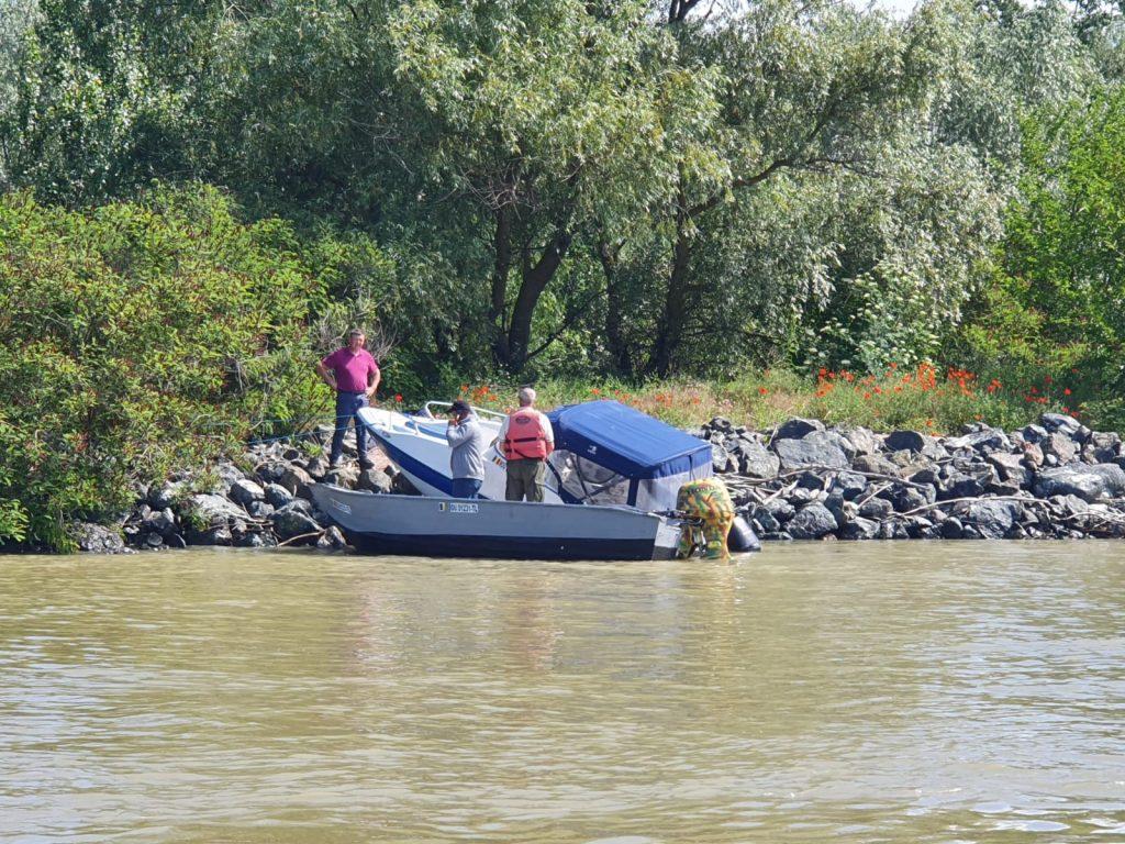 O barcă a lovit o cioată şi a eşuat pe mal, pe Canalul Sulina