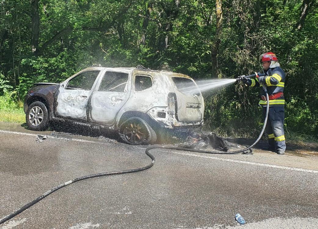 O maşină a luat foc în mers, în Pădurea Babadag. A ars complet!
