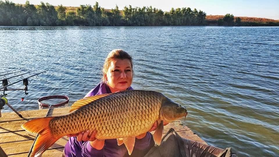 Tulceanca Iuliana Cârlan câștigă concursurile de pescuit... pe bandă!