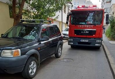 Pompierii, blocaţi de maşinile parcate pe Mărăşeşti, pentru că parcarea încă nu e gata!