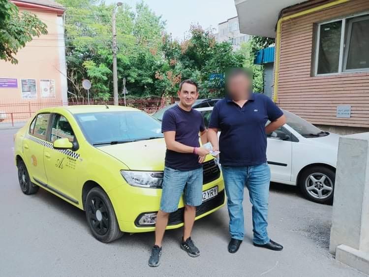 Un taximetrist a înapoiat clientului 2.100 de lei, pierduţi în taxi